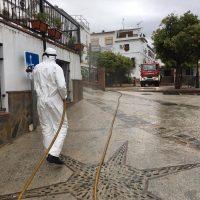 Bomberos, agricultores y ganaderos, se vuelcan en la desinfección de las calles de los pueblos de la Serranía de Ronda