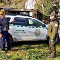 Los agentes de medio ambiente atienden y asesoran durante la alarma por coronavirus a personas que viven aisladas en el campo