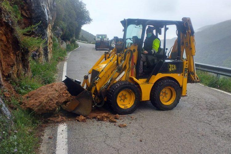 Las intensas lluvias de este martes provocan desprendimientos en la carretea  MA-8401 entre Benaoján y Cortes de la Frontera