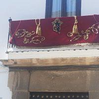 Los rondeños engalanan sus balcones y ponen marchas procesionales para celebrar este glorioso Domingo de Ramos