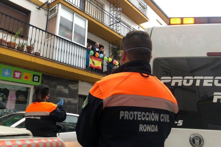Los voluntarios de Protección Civil felicitan por su cumpleaños a más de 60 niños rondeños en tres días