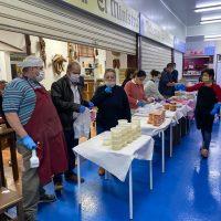 Voluntarios elaboran comida en el Mercado de Abastos para familias con escasos recursos