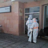 Efectivos del Infoca desinfectan las instalaciones sanitarias de Serrato