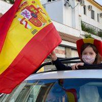 Una treintena de vehículos y decenas de personas participan en una caravana por la unidad de España