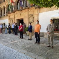 El Ayuntamiento inicia los diez días de luto oficial por las víctimas del coronavirus guardando un minuto de silencio
