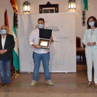 El Ayuntamiento dedica un homenaje a Miguel Ángel Herrera y a los miembros de 'Oído Serranía' por su labor solidaria durante la crisis sanitaria