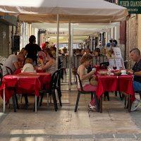 El Ayuntamiento amplía hasta final de año el permiso para que bares y restaurantes aumenten la superficie de sus terrazas
