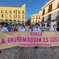 Cientos de aficionados, matadores y novilleros hacen el 'paseíllo' por el centro de Ronda en defensa de la cultura del toreo