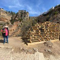 Alumnos de la Escuela de Arquitectura instalan sus diseños de trabajo de fin de máster en el paseo de Albacar