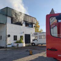 Un incendio calcina las oficinas de una nave industrial de elaboración de pan de Arriate
