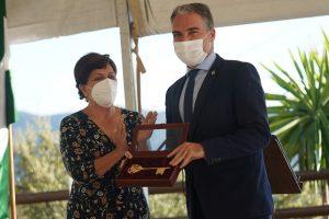 La alcaldesa le ha entregado las llaves de la villa al consejero de Presidencia.