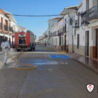 Los bomberos desinfectan las calles de Cuevas del Becerro, el municipio de Málaga con la tasa más alta de contagios por Covid