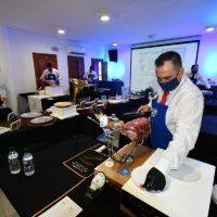Benadalid celebra un concurso solidario de cortadores de jamón