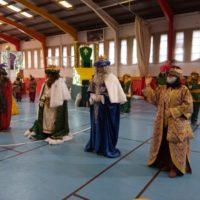Miles de niños rondeños disfrutan de la Cabalgata de la Ilusión estática con los Reyes Magos de Oriente