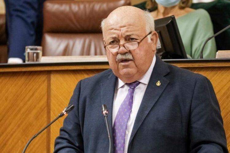 El consejero de Salud pide a los andaluces que de forma «solidaria y voluntaria» se queden en sus casas a partir de las ocho de la tarde