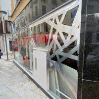 Cuatro encapuchados desvalijan en un minuto y medio otra vez la tienda de Vodafone de Ronda