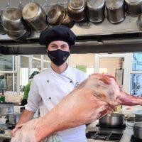 El joven cocinero rondeño Cristóbal Cantos es contratado para trabajar en los fogones del Parador de Ávila, el más antiguo de España