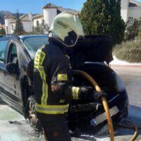 Una mujer y su hija logran salir a tiempo del coche en el que viajaban tras producirse un incendio en el motor