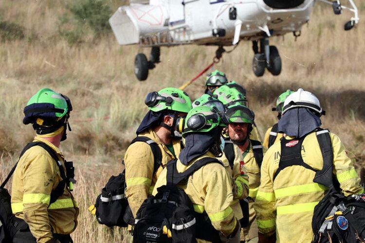 Cerca de mil efectivos siguen luchando contra el incendio de Sierra Bermeja