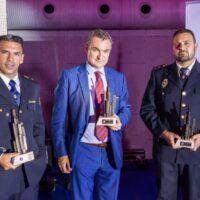 Los policías nacionales Diego Gómez y Diego Jesús Rojas reciben el premio a los Valores Humanos por evitar la muerte de una mujer